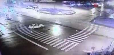 Bomboş yolda akılalmaz kaza! Elektrik direğine çarparak durabildi