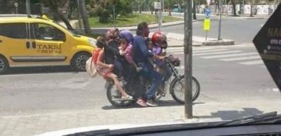 Böyle yolculuk yaptılar! 7 kişi bir motosiklette!