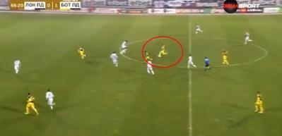 Bulgar futbolcu orta sahadan kaleciyi avladı!