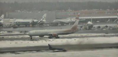 Buz tutan pistte savrulan uçak!
