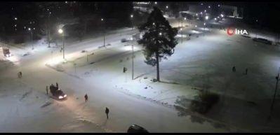 Buzlu yolda hız yapan sürücü belediye başkanına çarptı