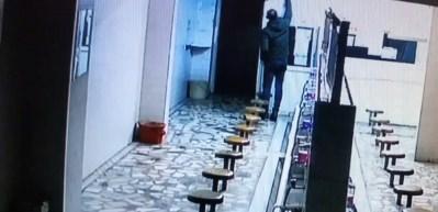 Cami tuvaletinde hırsızlık kamerada