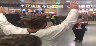 Can Yaman Roma'ya gitti! Havalimanında izdiham...