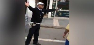 Ceza yazarken şarkı söyleyen Trabzonlu trafik polisi