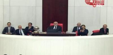 CHP'li vekiller kadın cinayetlerini 'gülerek' protesto etti