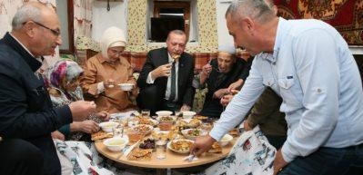 Cumhurbaşkanı Erdoğan orucunu yer sofrasında açtı