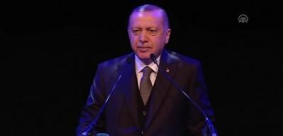 Cumhurbaşkanı Erdoğan  Erdem Bayazıt'ın şiirini okudu alkış tufanı koptu