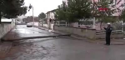 Çürüyen ahşap telefon direği yola devrildi