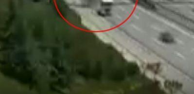 Damperi açılan kamyon üst geçide çarptı