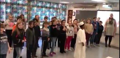 Müslüman çocuk öğretmenine ve arkadaşlarına namaz kılmayı öğretti