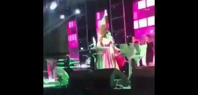 Deniz Seki konser sırasında sahneden düştü