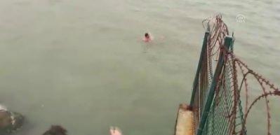 Denize düşen genç kızı polis memuru son anda kurtardı!