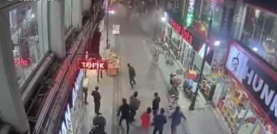 Deprem anında yıkılan binalar güvenlik kamerasında