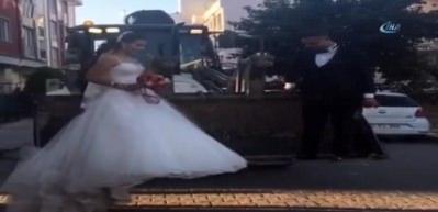 Düğüne kepçeyle giden gelinle damat şaşırttı