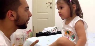 Dünya tatlısı miniğin babasıyla aşırı keyifli diyaloğu