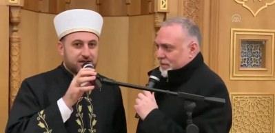 Dünyaca ünlü sanatçının danışmanı Cambridge Camii'nde Müslüman oldu