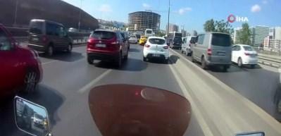 E-5 karayolunda motosikletli magandanın yaşattığı dehşet kamerada