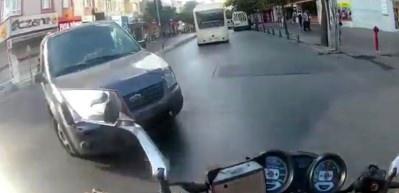 E-5 karayolunda motosikletlinin ölümden döndüğü kaza kamerada