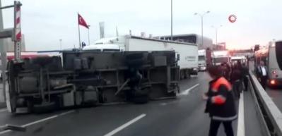 E-5'te kamyon devrildi! Yol kapandı...