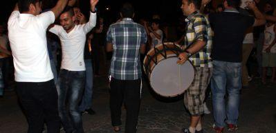 Elazığ'da sahur vakti gençlerin halay coşkusu