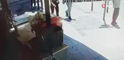 Elazığ'da tartıştığı kız arkadaşını iten şahsı tokatladı