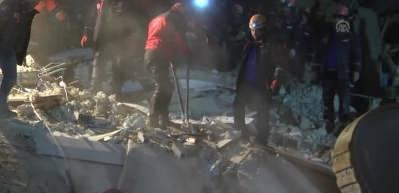 Elazığ'daki deprem - Mustafa Paşa Mahallesinde çöken 3 binadan arama ve kurtarma çalışmaları