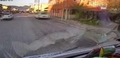 Makas atarken kaza yaptı, otomobilden böyle fırladı!