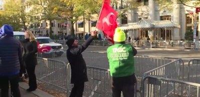 Erdoğan, ABD'de kaldığı otelin önüne gelen vatandaşları selamladı