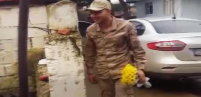 Erken terhis alan askerden ailesine duygulandıran sürpriz