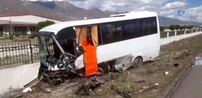 Erzincan'da trafik kazası: 3 ölü, 15 yaralı