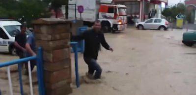 Erzurum'da zor anlar: Araçlar suya gömüldü