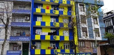 Fanatik taraftar apartmanı sarı lacivert renklere boyattı
