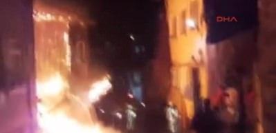 Fatih'te ahşap bina yangını