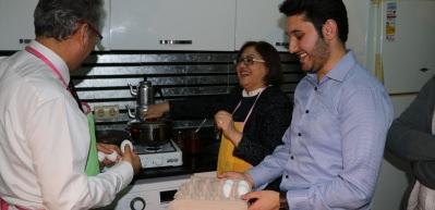 Fatma Şahin, misafiri olduğu öğrencilere yemek yaptı