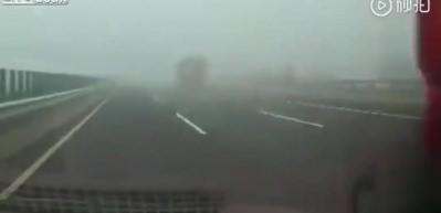 Sisli havada hız limitini aşan tır sürücüsü canından oldu