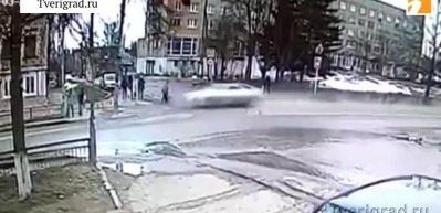 Hız sınırlarını zorlayan otomobil trafik ışıklarına çarptı