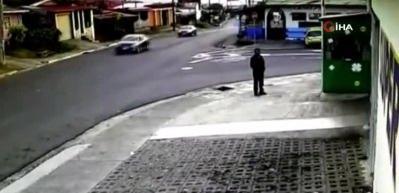 Feci kaza kamerada: Sürücü havada taklalar attı