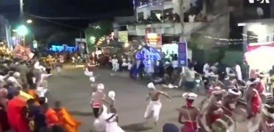 Fil kalabalığa daldı: 17 yaralı