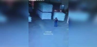 Forklift operatörü kadını böyle ezdi!