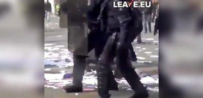 Fransa'da bir eylemci polisler tarafından böyle dövüldü