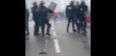 Fransız polisi, kadın göstericiyi saçından tutarak yerde sürükledi!