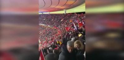 Türk taraftarlar Fransa marşını alkışladı