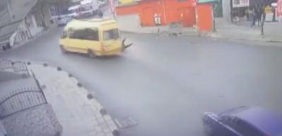 Genç kız tıka basa dolu yolcu minibüsünden böyle düştü