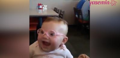 Görme bozukluğu olan bebeğin gözlük taktıktan sonraki ilk tepkisi!
