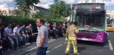 Halk otobüsü ani fren yapan kamyona çarptı!