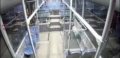 Kontrolsüz araç otobüse çarptı! Dehşet anı kamerada