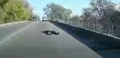 Hareket halindeki ambulanstan yola düştü!