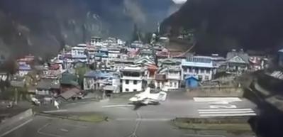 Havalanamayan uçak pistteki helikoptere çarptı!