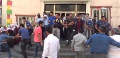 HDP'liler oğlu için eylem yapan anneye saldırdı