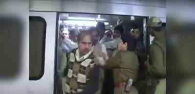 Hindistan'da kadınlara özel vagona binen erkekler dayak yedi!